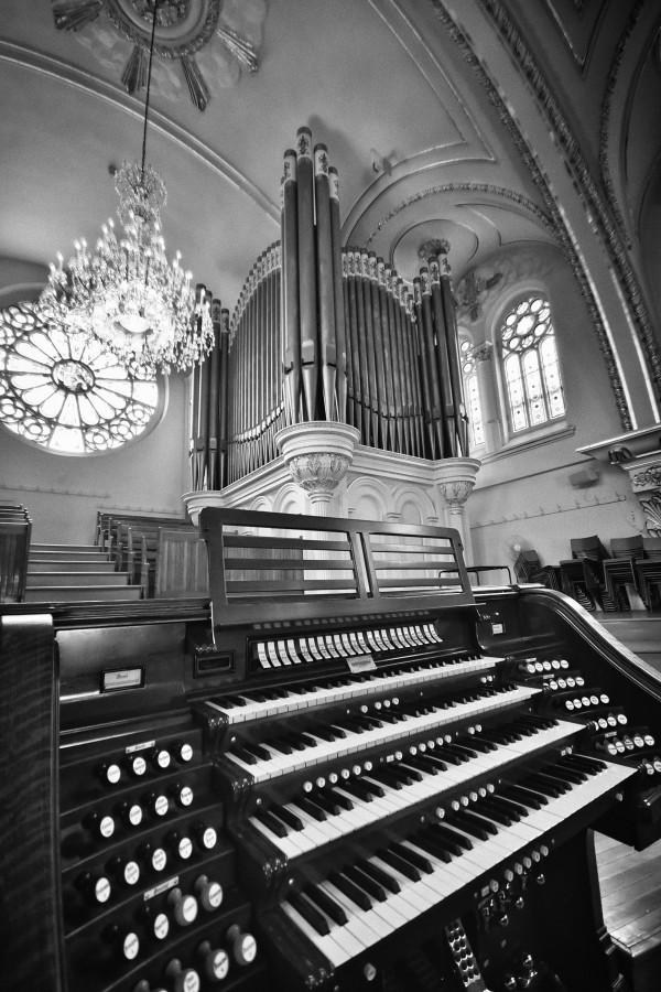 Orgue Casavant et Freres de la Cathedrale du diocese de Saint-Hyacinthe en noir et blanc by Francois Lariviere