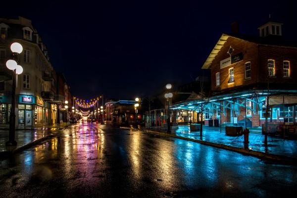 Vue de nuit du Marche Centre de la ville de Saint-Hyacinthe et des environs sous la pluie by Francois Lariviere