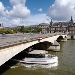 Barge under the Caroussel bridge