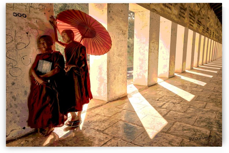 Jeunes moines bouddhistes au temple by girouArd