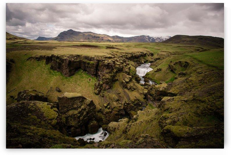 Iceland mountain range by Roman Buchhofer