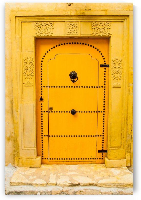 Porte jaune by agencetourdumonde com