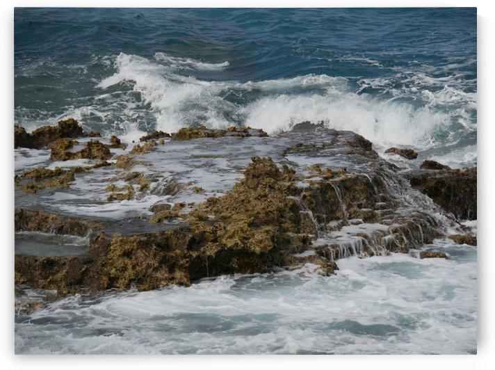 Crashing waves on rocks by On da Raks