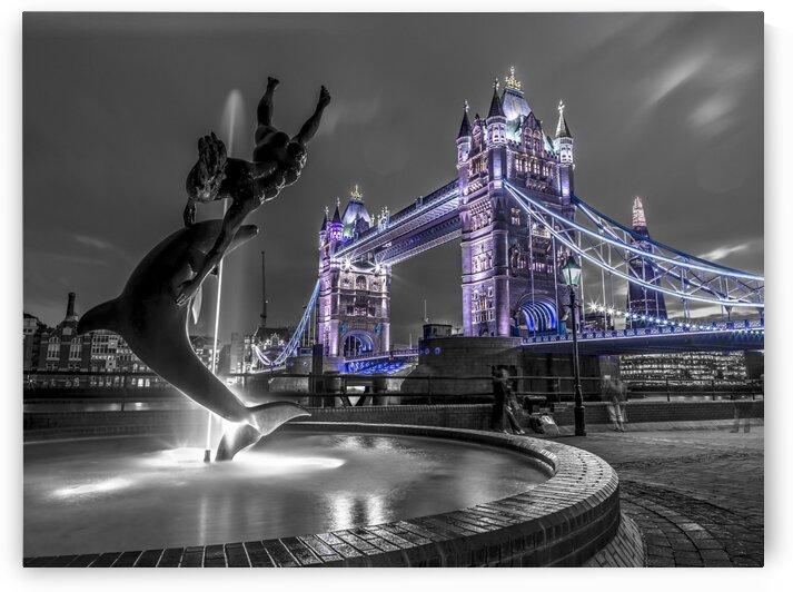 Fountian next to tower bridge, London, UK by Assaf Frank