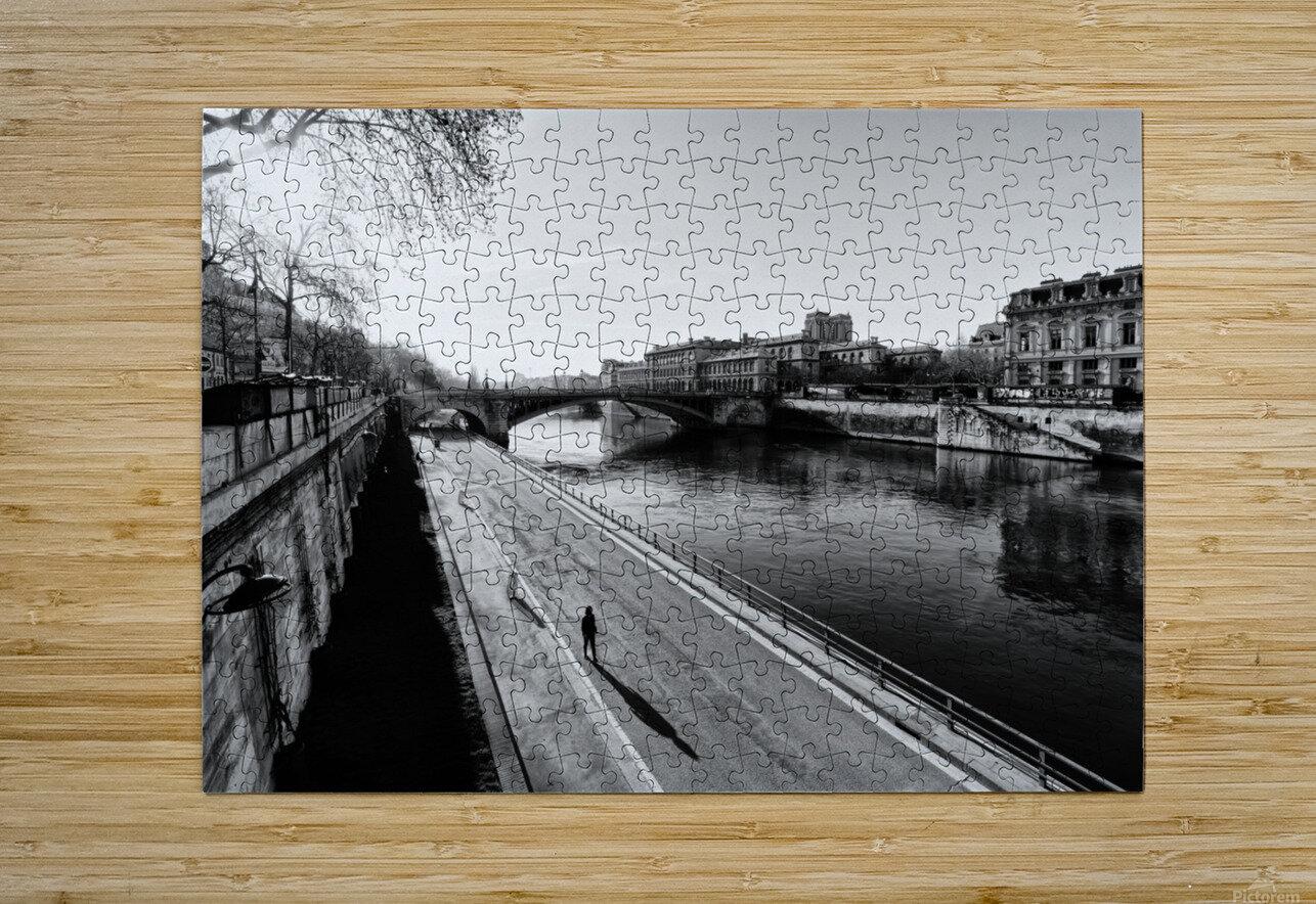 Alone in Paris  Impression métal HD avec cadre flottant sur le dos