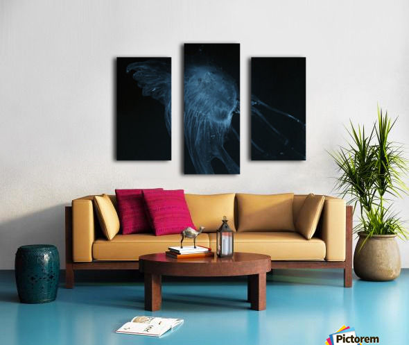 Glowing blue jellyfish in the dark water Impression sur toile